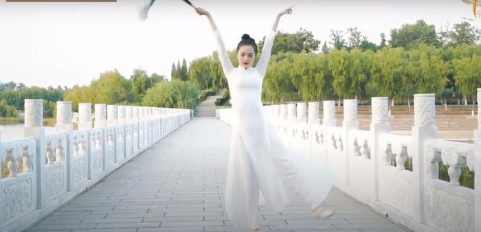 Thí sinh Trung Quốc gây phẫn nộ khi ngang nhiên mặc áo dài trình diễn trong phần thi tài năng Miss Earth 2020 Ảnh 3
