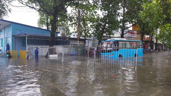 Hơn 70 trường học ở Kiên Giang cho học sinh nghỉ học do mưa bão Ảnh 1