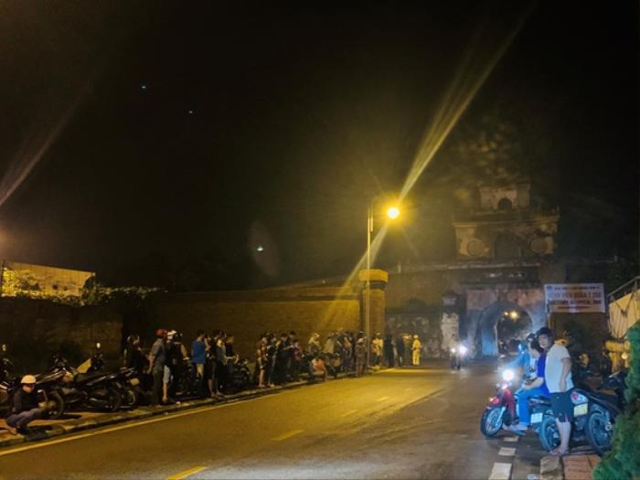 Người dân Huế xếp hàng dài để đợi từng chiếc xe cứu thương chở 13 cán bộ, chiến sĩ ở Rào Trăng 3 trở về Ảnh 2