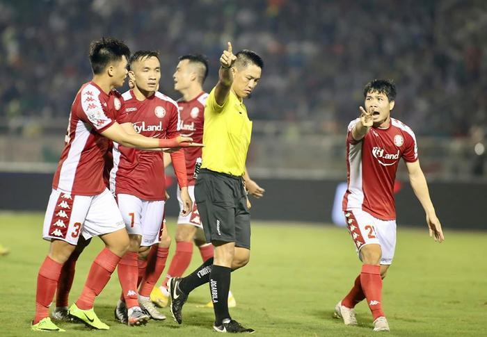 Kỳ lạ: Từ TPHCM đến HAGL đá với Hà Nội đều gặp bất lợi vì trọng tài Ảnh 2