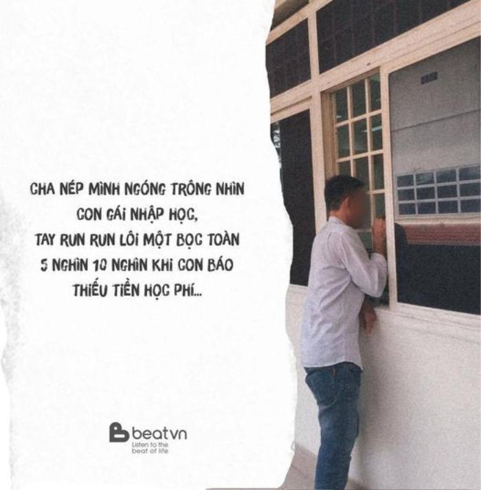 Xúc động hình ảnh người cha nép mình bên cửa sổ, tay run rẩy lấy ra bọc tiền lẻ khi con gái báo thiếu tiền học phí Ảnh 1