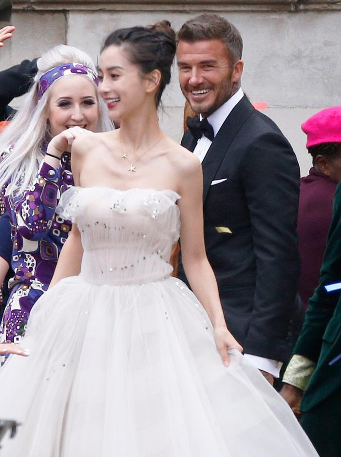 Fan ngây ngất vì Địch Lệ Nhiệt Ba & Angelababy mặc váy cưới đẹp như công chúa cổ tích Ảnh 7