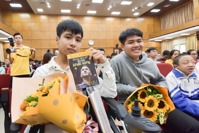 Nam sinh 'cõng bạn 10 năm' đến ĐH Bách khoa Hà Nội dự lễ khai giảng cùng người bạn thân Ảnh 1