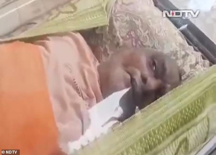 Người đàn ông 'sống lại' sau khi nằm trong tủ đông 20 tiếng chờ đưa tang Ảnh 1