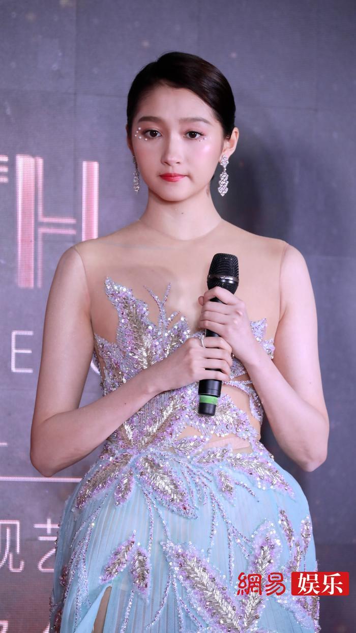 'Kim Ưng 2020': Tống Thiến trở thành nữ thần, Quan Hiểu Đồng kém sắc, Đàm Tùng Vận rạng rỡ bên Tống Uy Long Ảnh 35