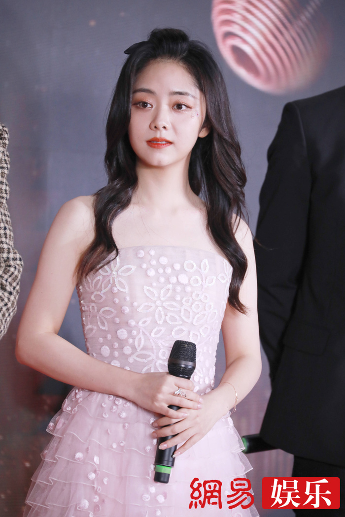 'Kim Ưng 2020': Tống Thiến trở thành nữ thần, Quan Hiểu Đồng kém sắc, Đàm Tùng Vận rạng rỡ bên Tống Uy Long Ảnh 16