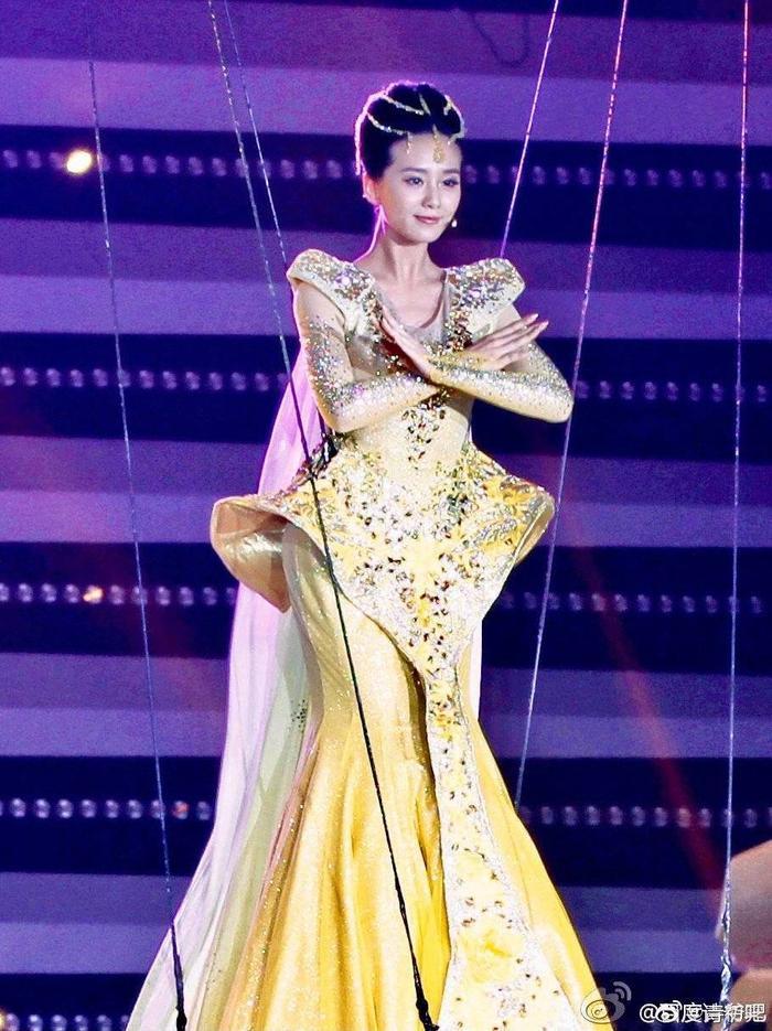 Tống Thiến bị chê là 'Nữ thần Kim Ưng' xấu nhất lịch sử vì chiếc váy thảm họa: Lép vế Triệu Lệ Dĩnh và Địch Lệ Nhiệt Ba! Ảnh 17