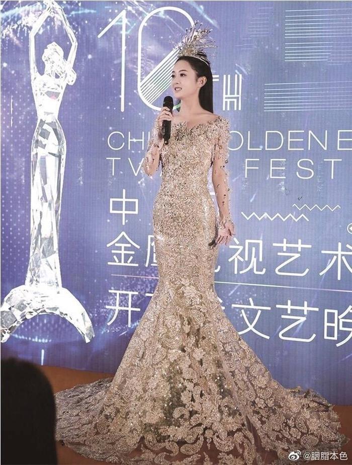 Tống Thiến bị chê là 'Nữ thần Kim Ưng' xấu nhất lịch sử vì chiếc váy thảm họa: Lép vế Triệu Lệ Dĩnh và Địch Lệ Nhiệt Ba! Ảnh 21
