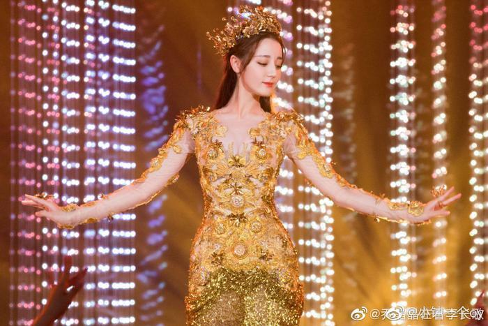 Tống Thiến bị chê là 'Nữ thần Kim Ưng' xấu nhất lịch sử vì chiếc váy thảm họa: Lép vế Triệu Lệ Dĩnh và Địch Lệ Nhiệt Ba! Ảnh 33