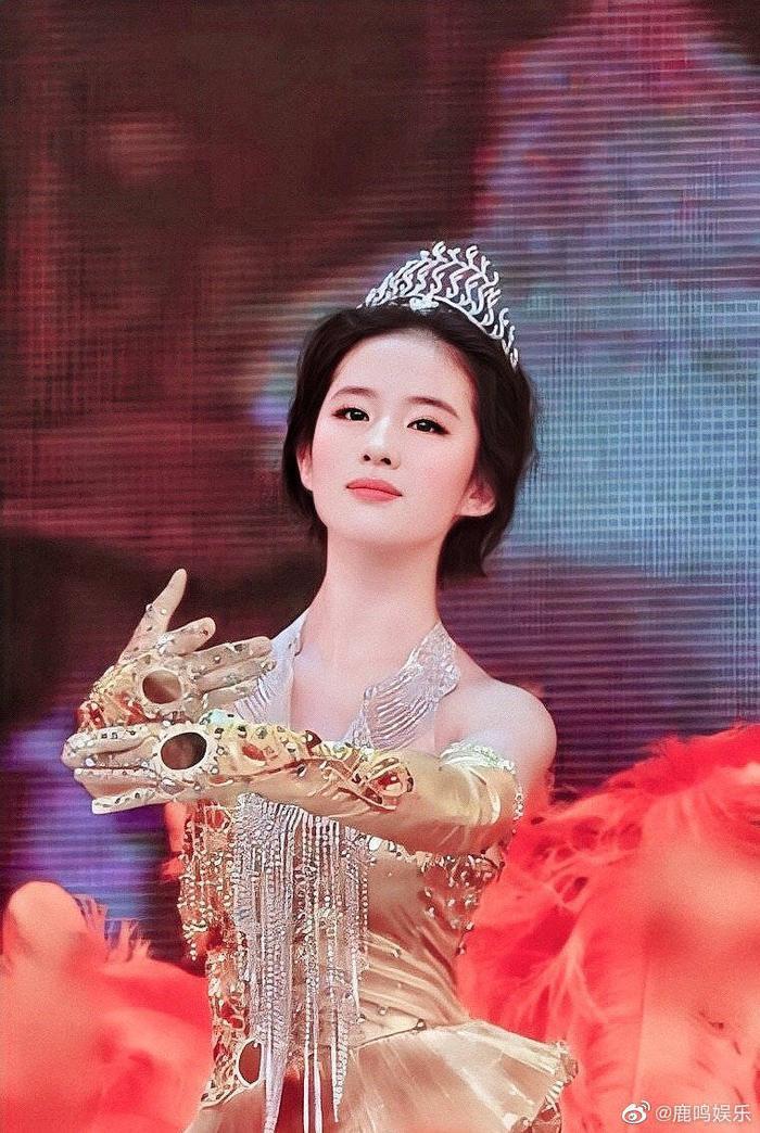 Tống Thiến bị chê là 'Nữ thần Kim Ưng' xấu nhất lịch sử vì chiếc váy thảm họa: Lép vế Triệu Lệ Dĩnh và Địch Lệ Nhiệt Ba! Ảnh 25