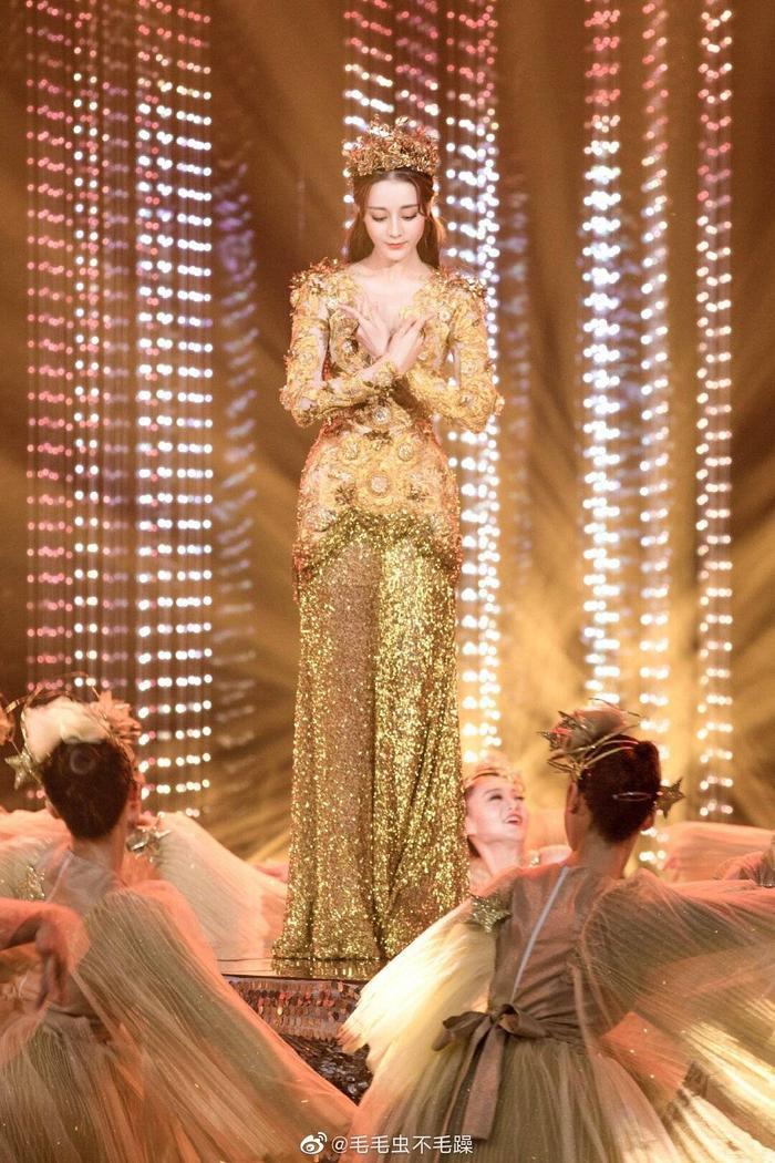 Tống Thiến bị chê là 'Nữ thần Kim Ưng' xấu nhất lịch sử vì chiếc váy thảm họa: Lép vế Triệu Lệ Dĩnh và Địch Lệ Nhiệt Ba! Ảnh 30