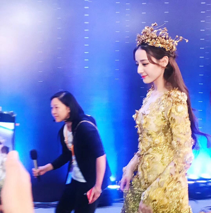 Tống Thiến bị chê là 'Nữ thần Kim Ưng' xấu nhất lịch sử vì chiếc váy thảm họa: Lép vế Triệu Lệ Dĩnh và Địch Lệ Nhiệt Ba! Ảnh 27