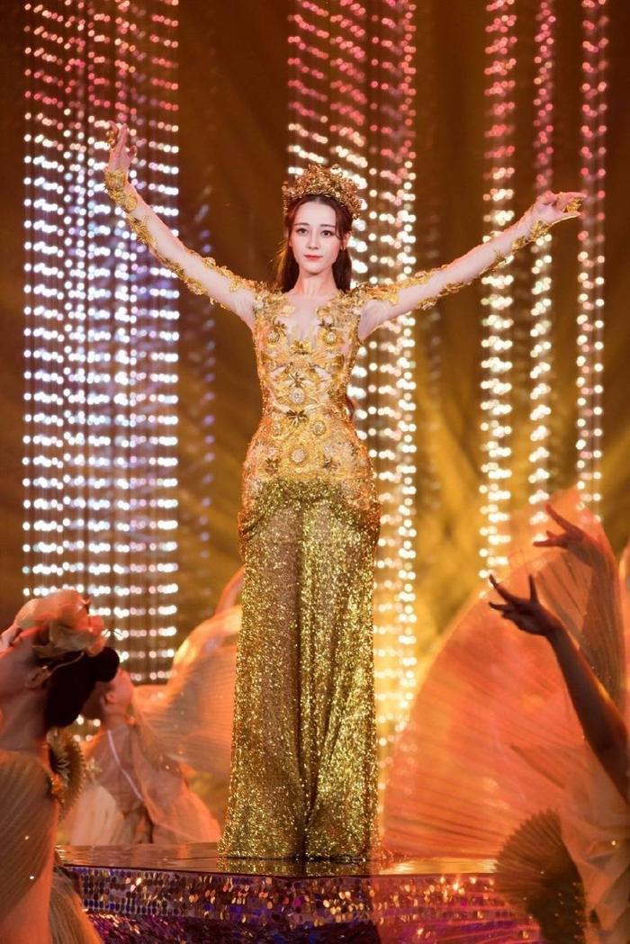 Tống Thiến bị chê là 'Nữ thần Kim Ưng' xấu nhất lịch sử vì chiếc váy thảm họa: Lép vế Triệu Lệ Dĩnh và Địch Lệ Nhiệt Ba! Ảnh 31