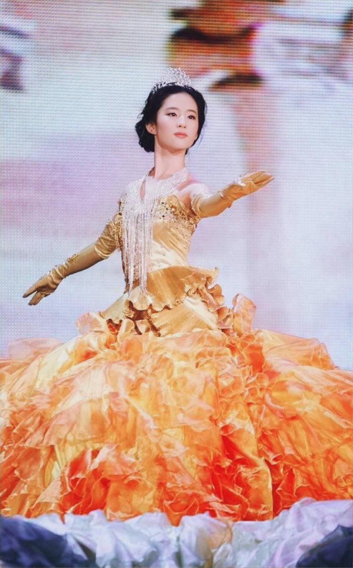 Tống Thiến bị chê là 'Nữ thần Kim Ưng' xấu nhất lịch sử vì chiếc váy thảm họa: Lép vế Triệu Lệ Dĩnh và Địch Lệ Nhiệt Ba! Ảnh 24