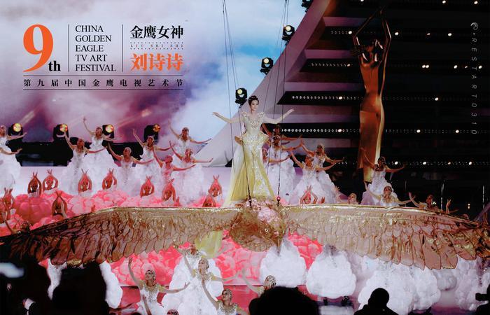 Tống Thiến bị chê là 'Nữ thần Kim Ưng' xấu nhất lịch sử vì chiếc váy thảm họa: Lép vế Triệu Lệ Dĩnh và Địch Lệ Nhiệt Ba! Ảnh 16