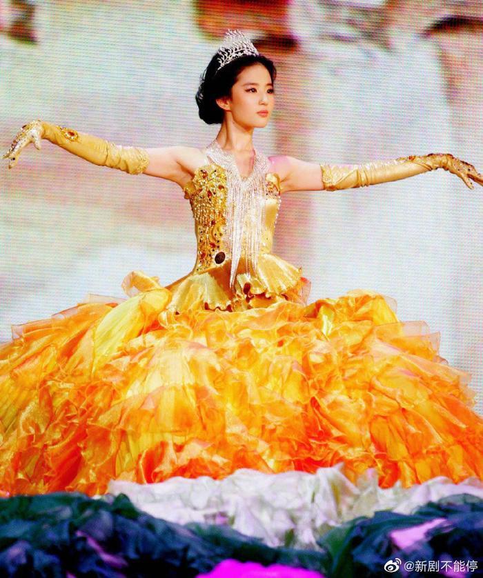 Tống Thiến bị chê là 'Nữ thần Kim Ưng' xấu nhất lịch sử vì chiếc váy thảm họa: Lép vế Triệu Lệ Dĩnh và Địch Lệ Nhiệt Ba! Ảnh 23