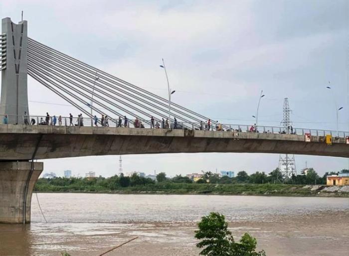 Thiếu nữ 16 tuổi ở Thái Bình trèo qua lan can cầu rồi gieo mình xuống sông mất tích Ảnh 1