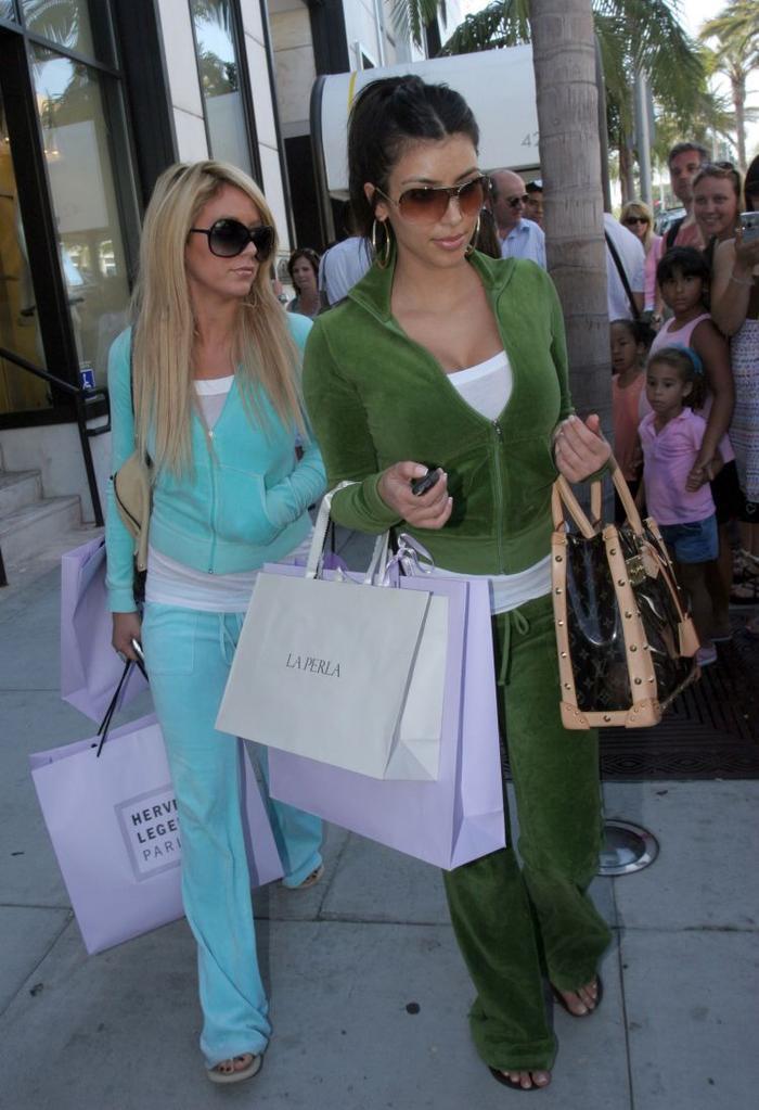 Kim Kardashian trông 'phèn' hẳn khi diện đồ đôi với Paris Hilton Ảnh 4