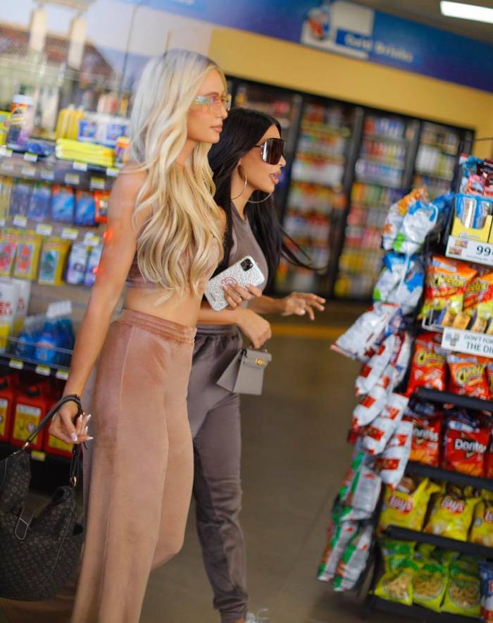 Kim Kardashian trông 'phèn' hẳn khi diện đồ đôi với Paris Hilton Ảnh 8