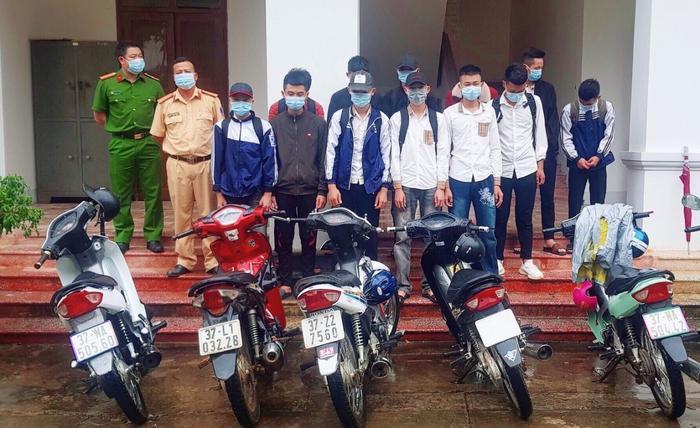 Nhóm học sinh tụ tập đua xe, bốc đầu xe máy, còn lên mạng xã hội 'tuyển thành viên' Ảnh 2
