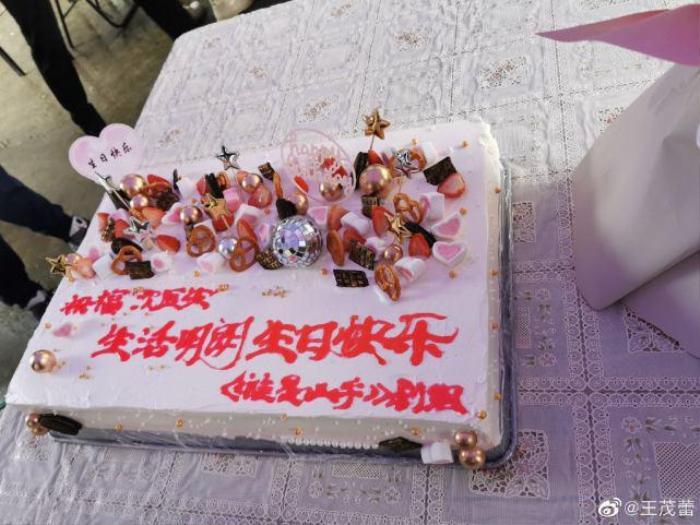 Triệu Lệ Dĩnh lộ làn da thật trong tiệc sinh nhật do đoàn phim tổ chức Ảnh 6