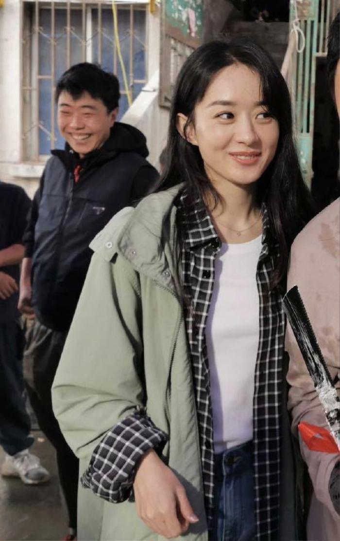 Triệu Lệ Dĩnh lộ làn da thật trong tiệc sinh nhật do đoàn phim tổ chức Ảnh 9