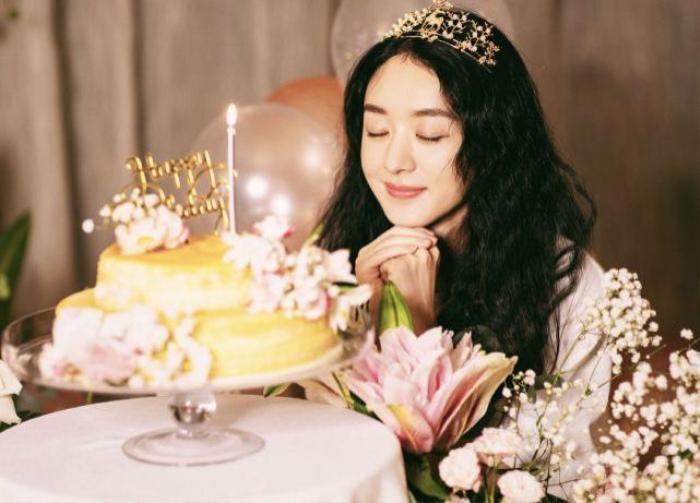Triệu Lệ Dĩnh lộ làn da thật trong tiệc sinh nhật do đoàn phim tổ chức Ảnh 1
