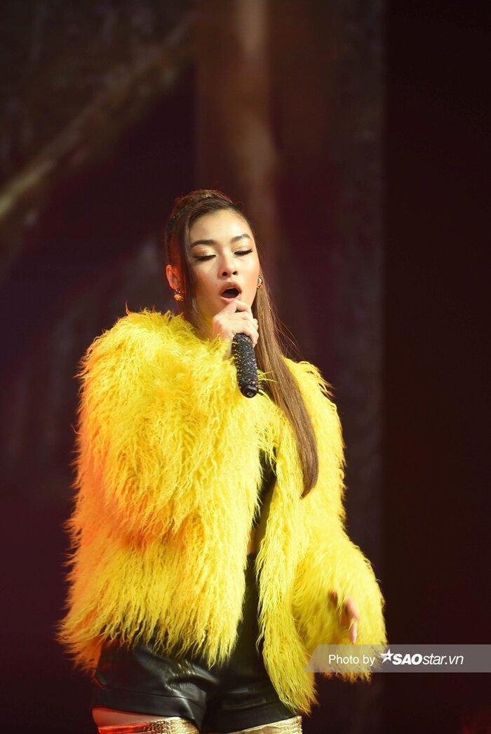 Á hậu Kiều Loan diện váy 'vàng rực' hóa thân thành nàng Mona Lisa trên King Of Rap Ảnh 8