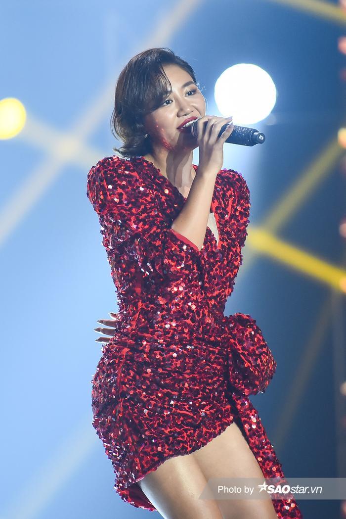 Á hậu Kiều Loan diện váy 'vàng rực' hóa thân thành nàng Mona Lisa trên King Of Rap Ảnh 5