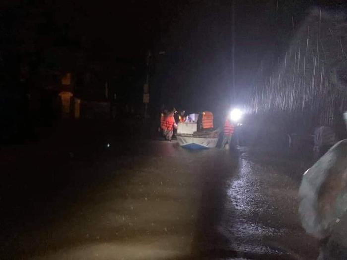 Dân Quảng Trị lên mạng cầu cứu khẩn thiết trong đêm: Trẻ em phải ngủ trên thân chuối, nổi lên theo dòng nước lũ Ảnh 6
