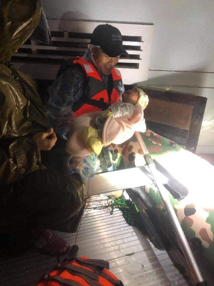 Dân Quảng Trị lên mạng cầu cứu khẩn thiết trong đêm: Trẻ em phải ngủ trên thân chuối, nổi lên theo dòng nước lũ Ảnh 2