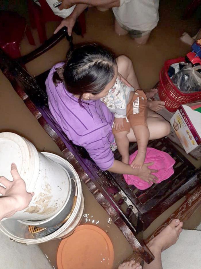 Dân Quảng Trị lên mạng cầu cứu khẩn thiết trong đêm: Trẻ em phải ngủ trên thân chuối, nổi lên theo dòng nước lũ Ảnh 1