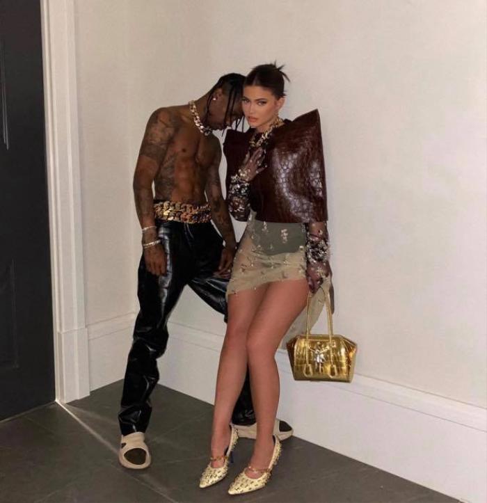 Chị em Kardashian diện đồ hiệu, cô chị lộ nội y - người em như quấn rèm Ảnh 8