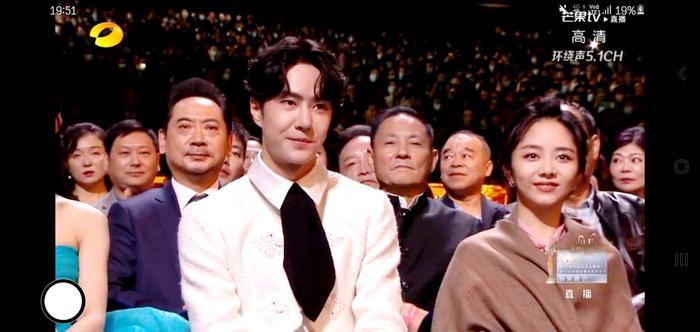 Dưới ống kính sắc nét của Kim Ưng, Vương Nhất Bác có gặp tình trạng không xinh xắn như Tống Uy Long? Ảnh 10