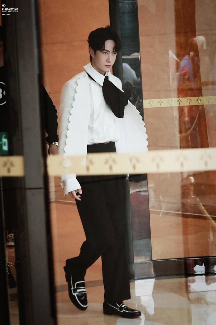 Dưới ống kính sắc nét của Kim Ưng, Vương Nhất Bác có gặp tình trạng không xinh xắn như Tống Uy Long? Ảnh 6