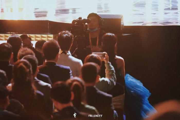 Dưới ống kính sắc nét của Kim Ưng, Vương Nhất Bác có gặp tình trạng không xinh xắn như Tống Uy Long? Ảnh 1