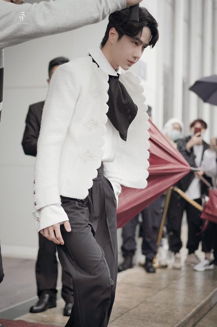 Dưới ống kính sắc nét của Kim Ưng, Vương Nhất Bác có gặp tình trạng không xinh xắn như Tống Uy Long? Ảnh 7