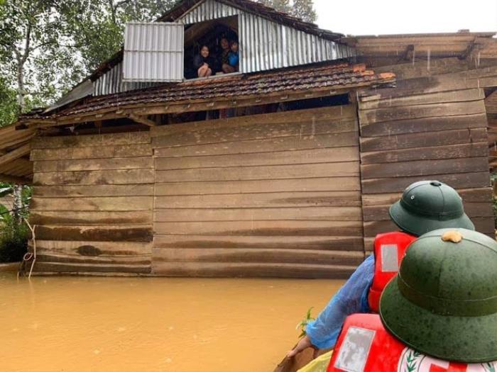Mưa lớn không dứt, người dân phải trốn lũ trên mái nhà Ảnh 3