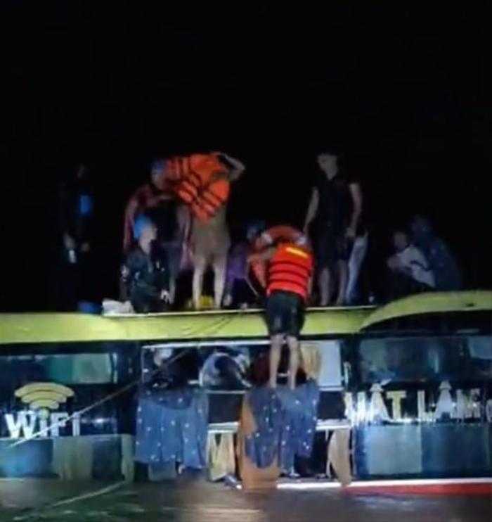 Nghẹt thở giải cứu 20 người trên xe khách bị lũ cuốn trong đêm ở Quảng Bình Ảnh 1