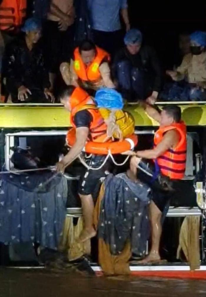 Nghẹt thở giải cứu 20 người trên xe khách bị lũ cuốn trong đêm ở Quảng Bình Ảnh 2
