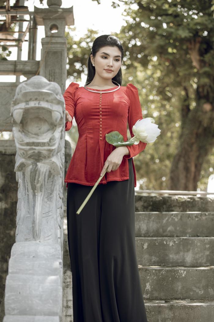 Tuyết Trần - Top 30 siêu mẫu Việt Nam đẹp nên thơ trong tà áo dài cách tân Ảnh 5