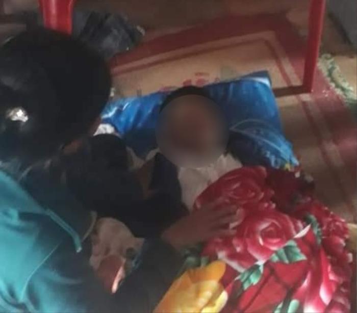 Mẹ chèo thuyền đi nhận hàng cứu trợ, bé trai ở nhà bị lũ cuốn tử vong Ảnh 1