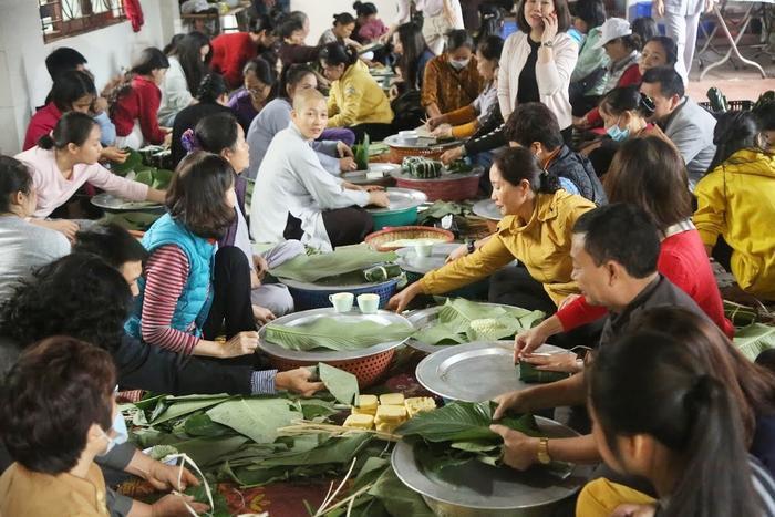 Người Hà Nội ngày đêm gói hàng nghìn chiếc bánh chưng cứu trợ miền Trung qua cơn lũ dữ Ảnh 1