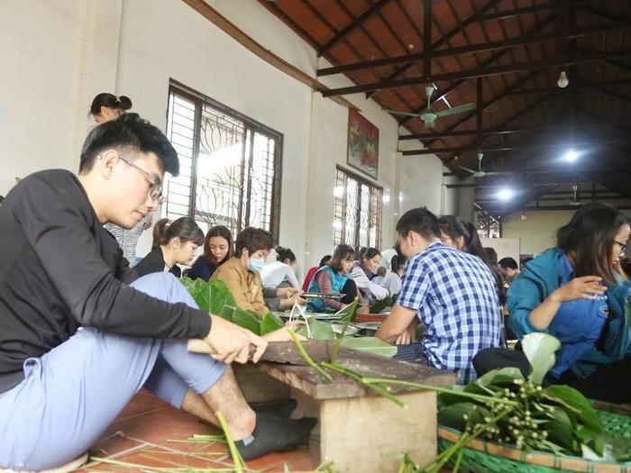 Người Hà Nội ngày đêm gói hàng nghìn chiếc bánh chưng cứu trợ miền Trung qua cơn lũ dữ Ảnh 6