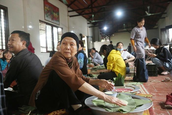 Người Hà Nội ngày đêm gói hàng nghìn chiếc bánh chưng cứu trợ miền Trung qua cơn lũ dữ Ảnh 9