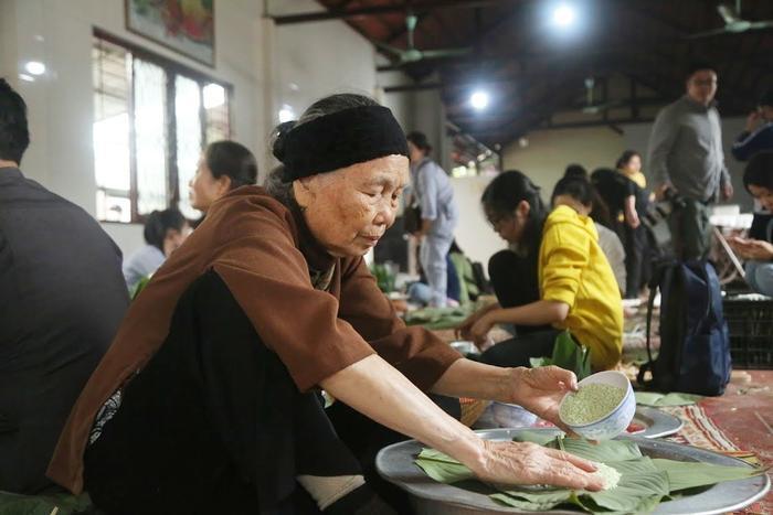 Người Hà Nội ngày đêm gói hàng nghìn chiếc bánh chưng cứu trợ miền Trung qua cơn lũ dữ Ảnh 8