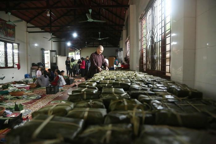 Người Hà Nội ngày đêm gói hàng nghìn chiếc bánh chưng cứu trợ miền Trung qua cơn lũ dữ Ảnh 17
