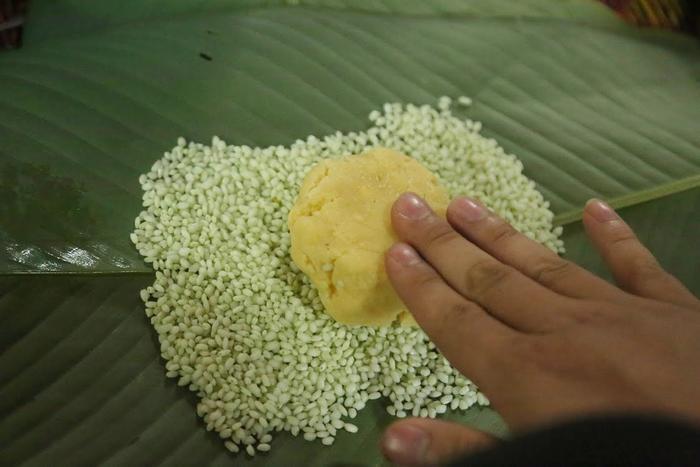 Người Hà Nội ngày đêm gói hàng nghìn chiếc bánh chưng cứu trợ miền Trung qua cơn lũ dữ Ảnh 12