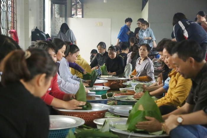 Người Hà Nội ngày đêm gói hàng nghìn chiếc bánh chưng cứu trợ miền Trung qua cơn lũ dữ Ảnh 2