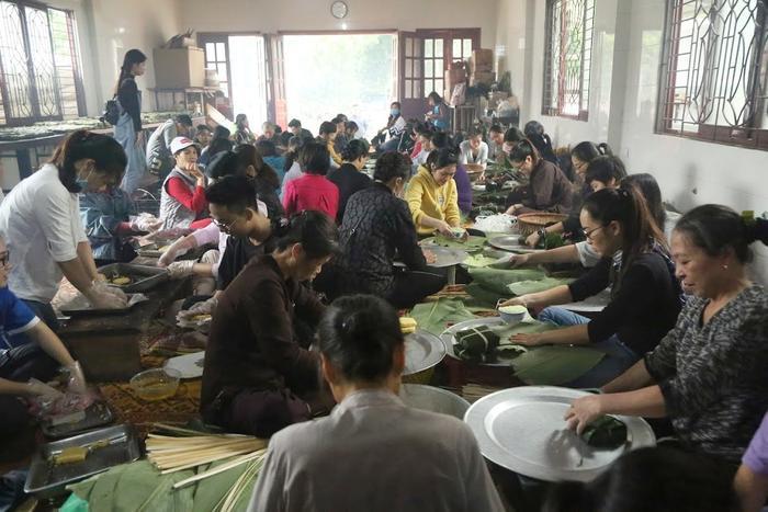 Người Hà Nội ngày đêm gói hàng nghìn chiếc bánh chưng cứu trợ miền Trung qua cơn lũ dữ Ảnh 4